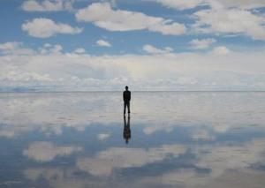 Parece capa de disco dos anos 80, mas é um registro autêntico do Salar de Uyuni, na Bolívia. É o maior lago salgado do mundo, e por vezes uma fina e calma camada de água convida o turista a caminhar sobre ela. (Foto: Divulgação)